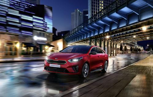 Фото автомобиля Kia Cee'd 3 поколение, ракурс: 45 цвет: красный