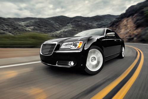 Фото автомобиля Chrysler 300C 2 поколение, ракурс: 45 цвет: черный