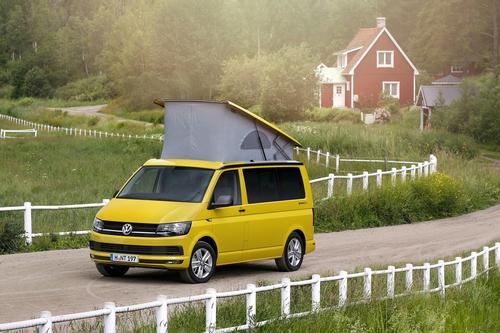 Фото автомобиля Volkswagen California T6, ракурс: 45 цвет: желтый