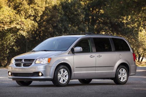 Фото автомобиля Dodge Caravan 5 поколение [рестайлинг], ракурс: 45 цвет: серебряный