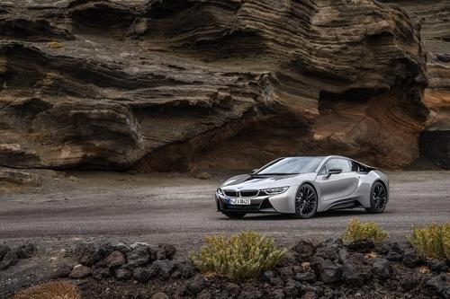 Фото автомобиля BMW i8 I12 [рестайлинг], ракурс: 45 цвет: серебряный