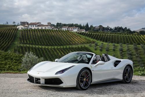 Фото автомобиля Ferrari 488 1 поколение, ракурс: 45 цвет: белый