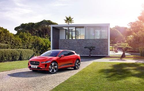 Фото автомобиля Jaguar I-Pace 1 поколение, ракурс: 45 цвет: бордовый