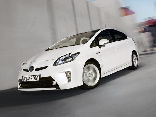 Фото автомобиля Toyota Prius 3 поколение [рестайлинг], ракурс: 45 цвет: белый