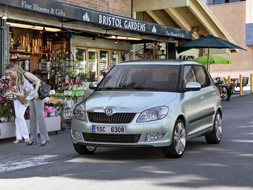 Фото автомобиля Skoda Fabia 5J [рестайлинг], ракурс: 45 цвет: зеленый