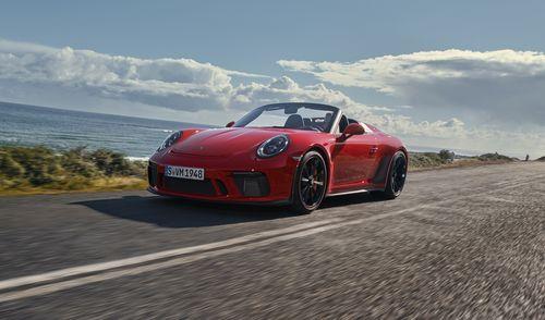 Фото автомобиля Porsche 911 992, ракурс: 45 цвет: красный