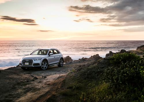Фото автомобиля Audi Q5 2 поколение, ракурс: 45 цвет: серебряный