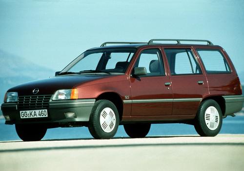 Фото автомобиля Opel Kadett E, ракурс: 45 цвет: красный