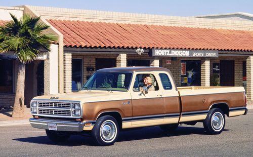 Фото автомобиля Dodge Ram 1 поколение, ракурс: 45 цвет: бежевый