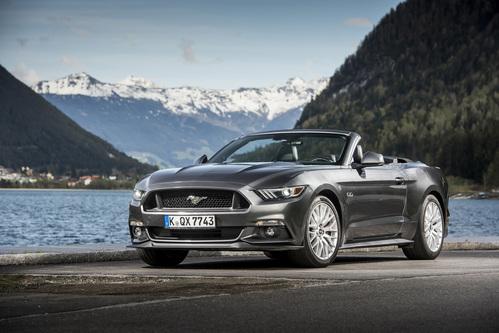 Фото автомобиля Ford Mustang 6 поколение, ракурс: 45 цвет: серый