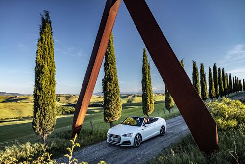 Фото автомобиля Audi A5 2 поколение, ракурс: 45 цвет: белый
