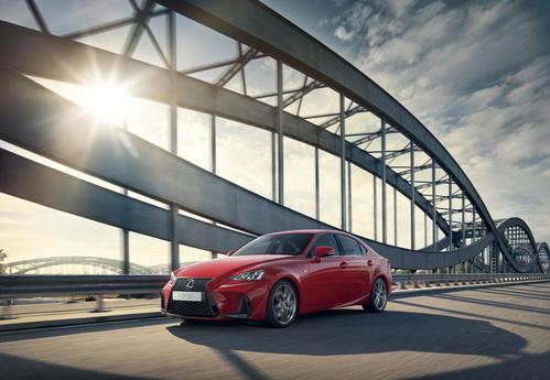 Фото автомобиля Lexus IS XE30 [рестайлинг], ракурс: 45 цвет: красный
