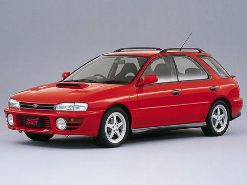 Фото автомобиля Subaru Impreza 1 поколение, ракурс: 45 цвет: красный