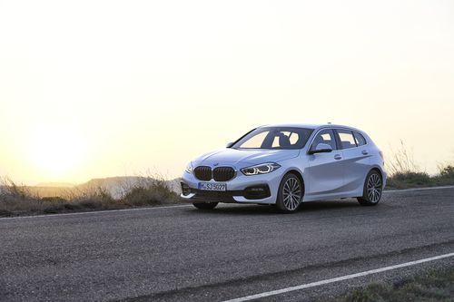 Фото автомобиля BMW 1 серия F40, ракурс: 45 цвет: белый