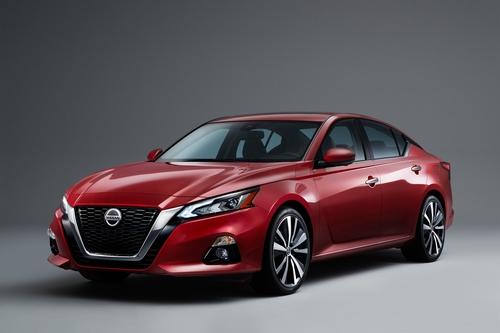 Фото автомобиля Nissan Altima L34, ракурс: 45 цвет: красный