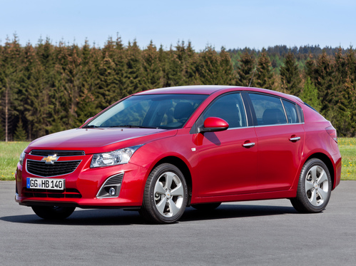Фото автомобиля Chevrolet Cruze J300 [рестайлинг], ракурс: 45 цвет: красный