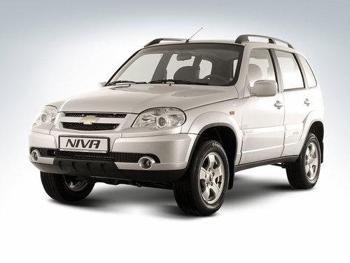Фото автомобиля Chevrolet Niva 1 поколение [рестайлинг], ракурс: 45 цвет: серебряный