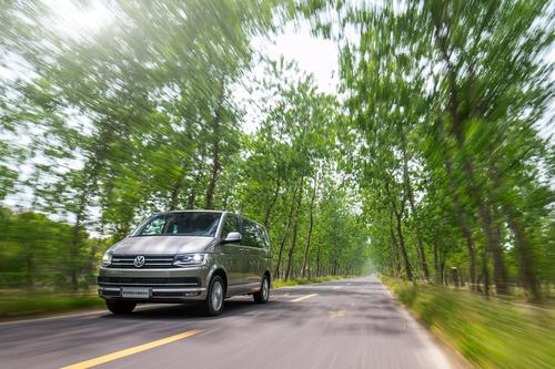Фото автомобиля Volkswagen Multivan T6, ракурс: 45 цвет: бежевый