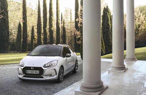 Фото автомобиля DS 3 1 поколение [рестайлинг], ракурс: 45 цвет: белый