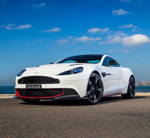 Фото автомобиля Aston Martin Vanquish 2 поколение, ракурс: 45 цвет: белый