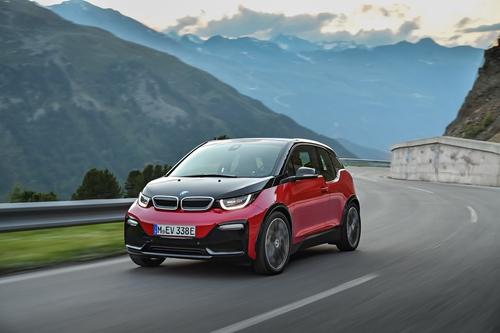 Фото автомобиля BMW i3 I01 [рестайлинг], ракурс: 45 цвет: красный