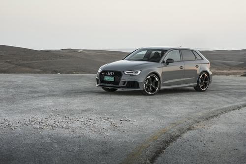 Фото автомобиля Audi RS 3 8VA [рестайлинг], ракурс: 45 цвет: серый