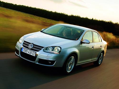 Фото автомобиля Volkswagen Jetta 5 поколение, ракурс: 45 цвет: серебряный