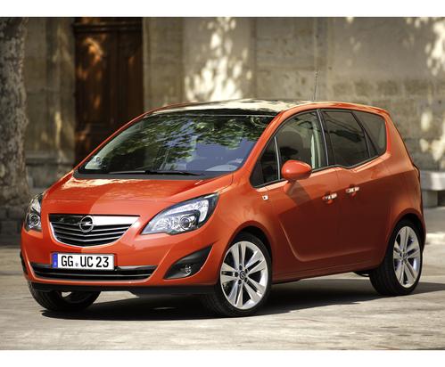 Фото автомобиля Opel Meriva 2 поколение, ракурс: 45 цвет: оранжевый