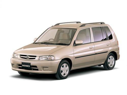 Фото автомобиля Mazda Demio DW, ракурс: 45 цвет: бежевый