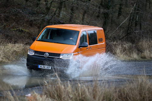 Фото автомобиля Volkswagen Transporter T6, ракурс: 45 цвет: оранжевый