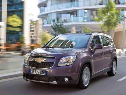 Фото автомобиля Chevrolet Orlando 1 поколение, ракурс: 45 цвет: мокрый асфальт