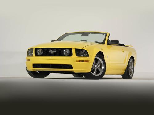 Фото автомобиля Ford Mustang 5 поколение, ракурс: 45 цвет: желтый