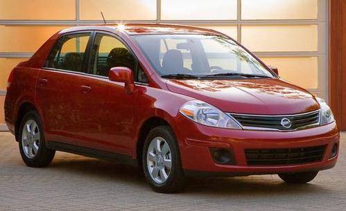 Фото автомобиля Nissan Versa 1 поколение [рестайлинг], ракурс: 315 цвет: красный