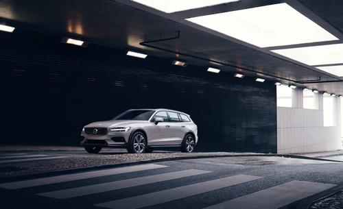 Фото автомобиля Volvo V60 2 поколение, ракурс: 45 цвет: бежевый