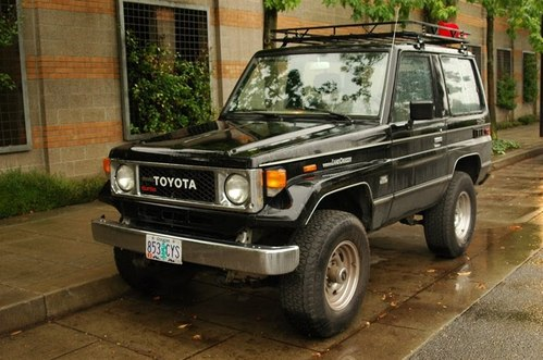Фото автомобиля Toyota Land Cruiser J70, ракурс: 45