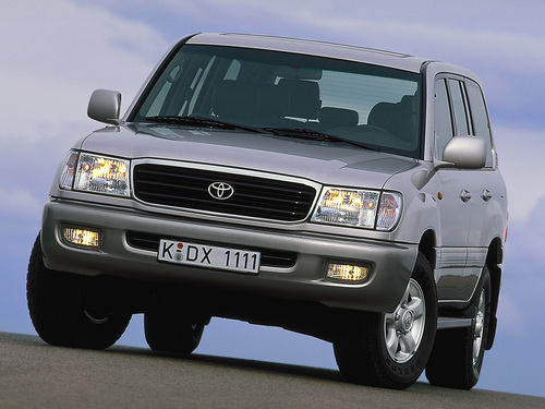 Фото автомобиля Toyota Land Cruiser J100, ракурс: 45 цвет: серебряный