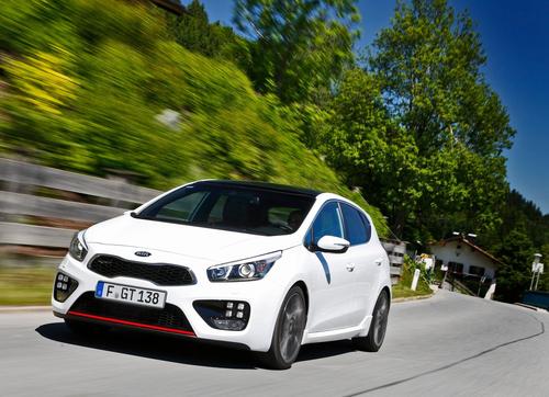 Фото автомобиля Kia Cee'd 2 поколение, ракурс: 45 цвет: белый
