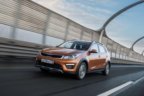 Фото автомобиля Kia Rio 4 поколение, ракурс: 45 цвет: оранжевый