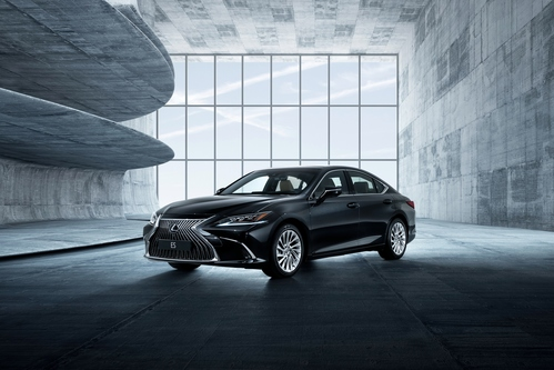 Фото автомобиля Lexus ES 7 поколение, ракурс: 45 цвет: черный