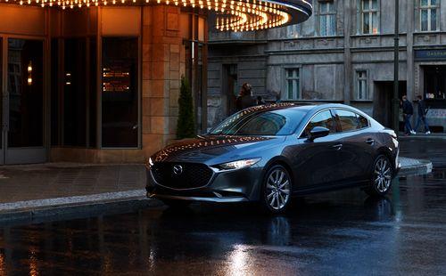 Фото автомобиля Mazda 3 BP, ракурс: 45 цвет: серый