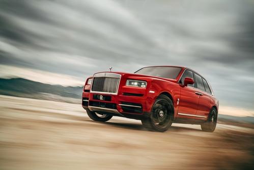 Фото автомобиля Rolls-Royce Cullinan 1 поколение, ракурс: 45 цвет: красный