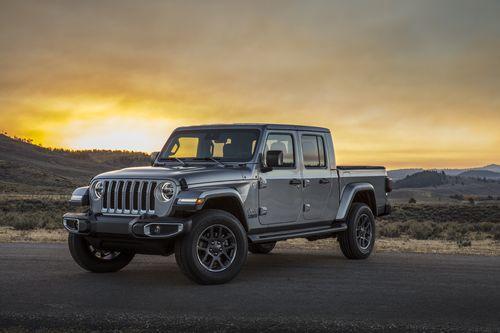 Фото автомобиля Jeep Gladiator 1 поколение, ракурс: 45 цвет: серебряный