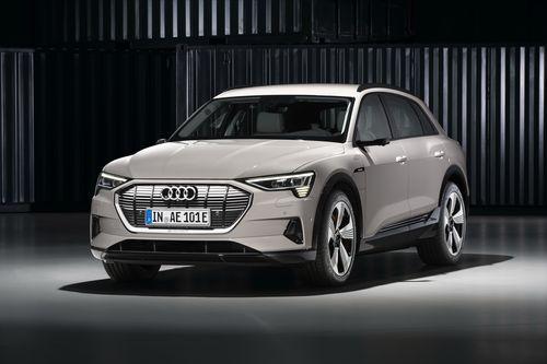 Фото автомобиля Audi e-tron 1 поколение, ракурс: 45 цвет: бежевый