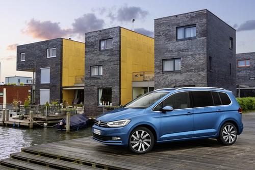 Фото автомобиля Volkswagen Touran 2 поколение, ракурс: 45 цвет: синий