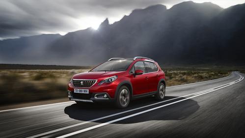 Фото автомобиля Peugeot 2008 1 поколение [рестайлинг], ракурс: 45 цвет: красный