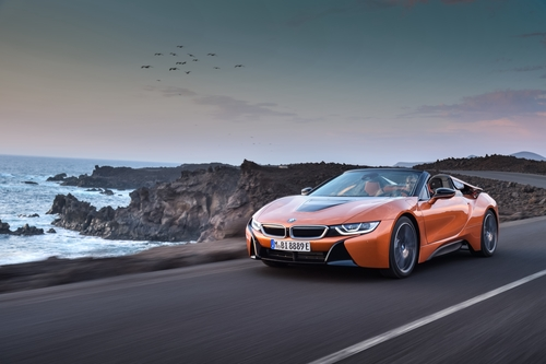 Фото автомобиля BMW i8 I12 [рестайлинг], ракурс: 45 цвет: коричневый