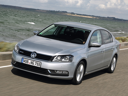 Фото автомобиля Volkswagen Passat B7, ракурс: 45 цвет: серый