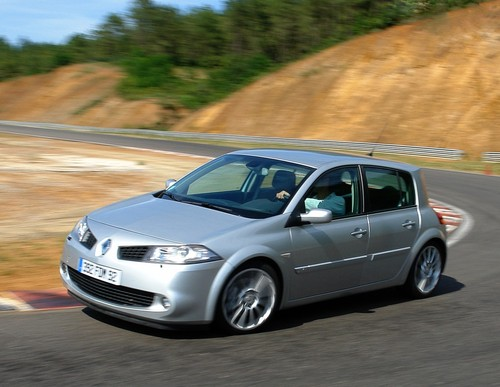 Фото автомобиля Renault Megane 2 поколение [рестайлинг], ракурс: 45 цвет: серебряный