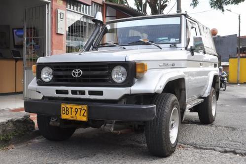 Фото автомобиля Toyota Land Cruiser J70 [рестайлинг], ракурс: 45