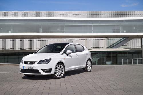 Фото автомобиля SEAT Ibiza 4 поколение [рестайлинг], ракурс: 45 цвет: белый